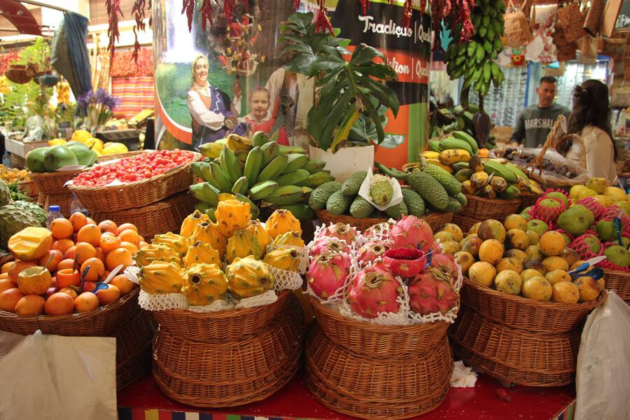 Drachenfrucht, Bananen und Maracujas auf dem Markt in Funchal