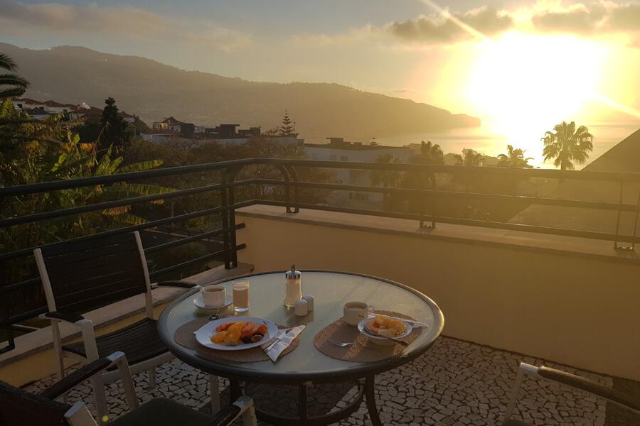 Frühstück auf der Terrasse + Sonnenaufgang über Funchal