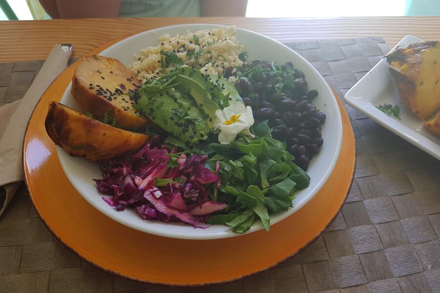 Gemüsebowl mit Bohnen, Süßkartoffeln und Avocado