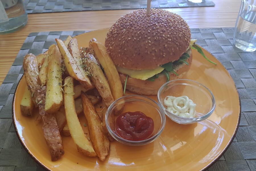 veganer Burger mit Pommes im Mundo vegan