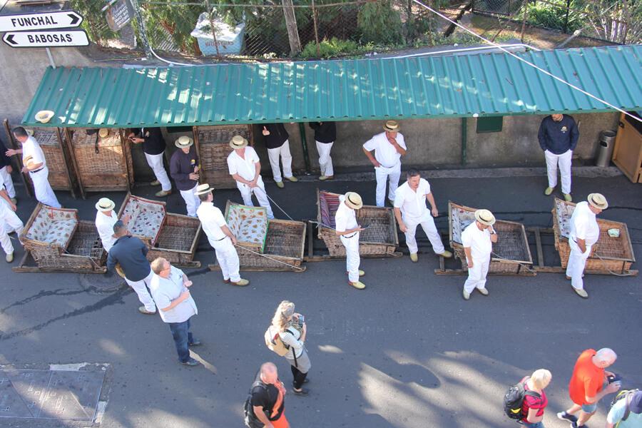 Carroeiros in Monte warten auf die Abfahrt mit dem Korbschlitten.