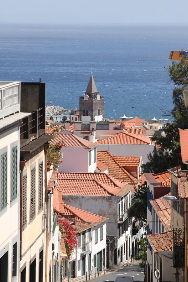 Straße mit Ausblick auf die Kathedrale von Funchal
