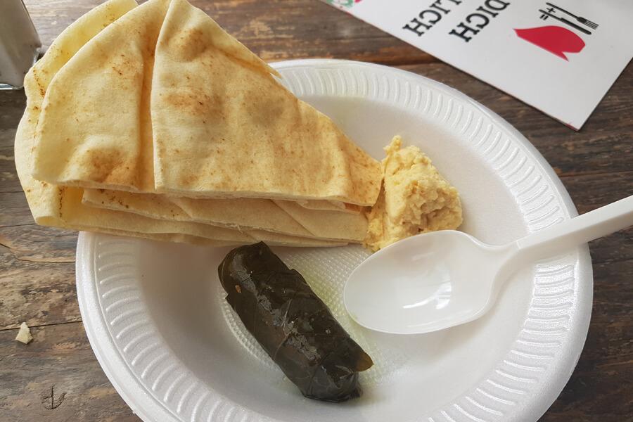 Hummus und Brot bei Iss dich Glücklich