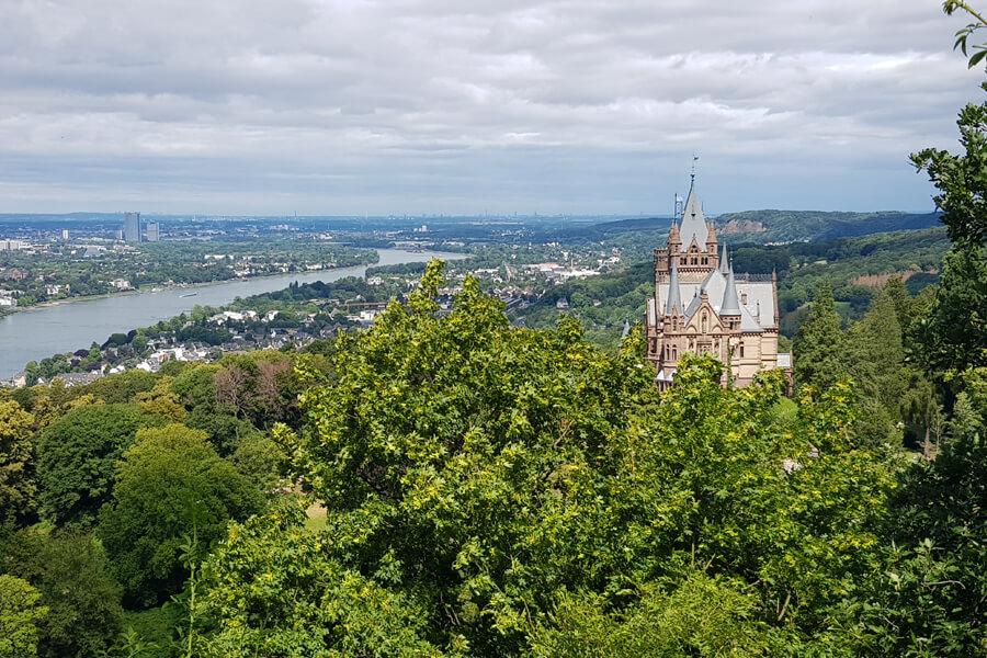 Aussicht auf Schloss Drachenburg und den Rhein.