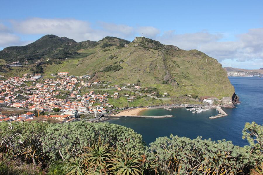 Aussicht auch Machico, mit Sandstrand im Hafenbecken.