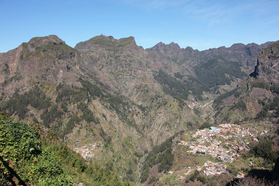 Blick auf Nonnental, mit Bergen im Hintergrund.