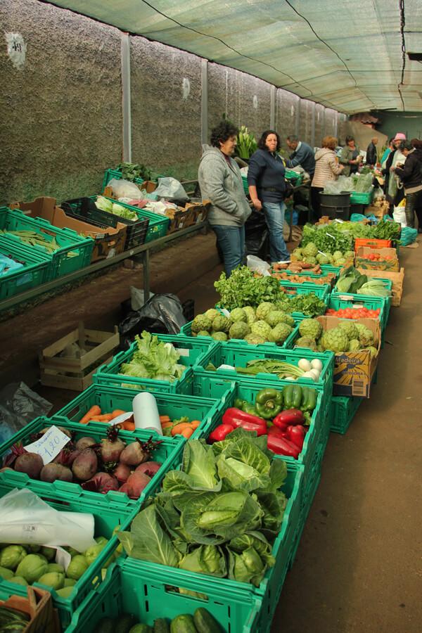Marktstand in Santo da Serra mit Obst und Gemüse.