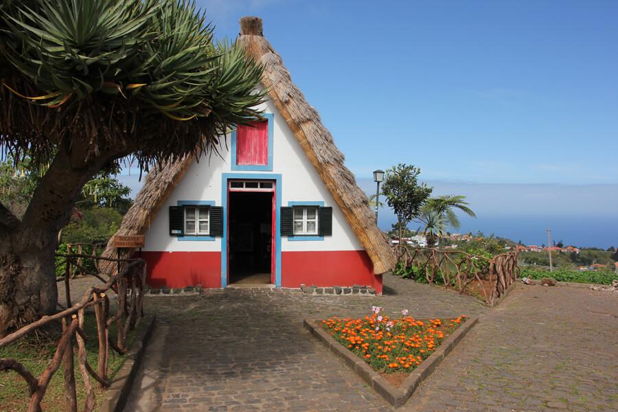 Typisches Haus mit Strohdach in Santana