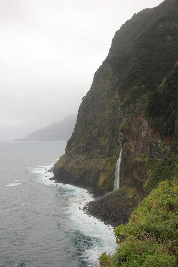 Wasserfall an der Küste von Madeira