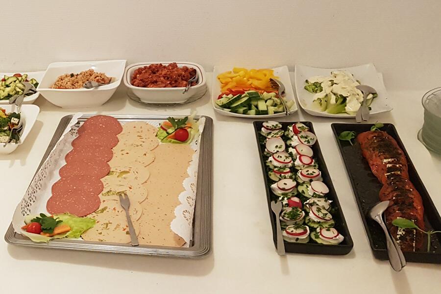 Aufschnitt und Salate beim Frühstücksbuffet