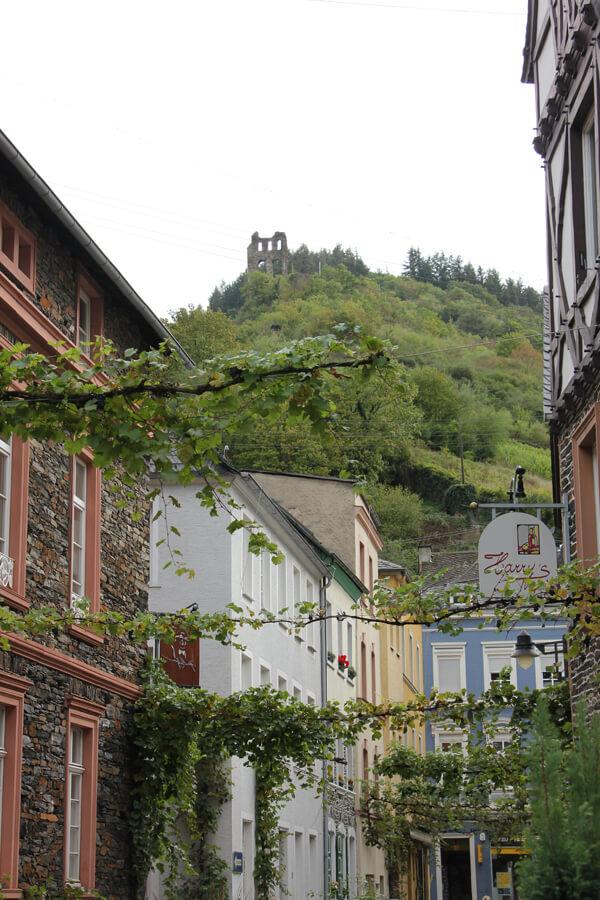 Gasse in Traben-Trarbach mit Burgruine im Hintergrund
