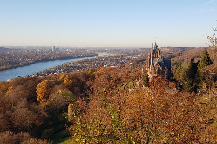 Blick auf Schloss Drachenburg, Bonn und den Rhein im Herbst