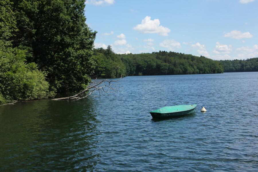 Kleines Boot auf der Neyetalsperre