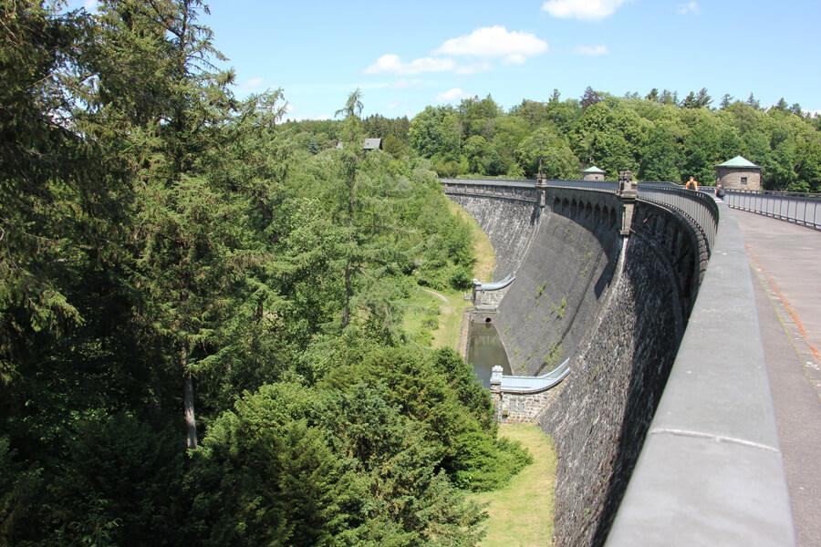 Große Staumauer der Neyetalsperre