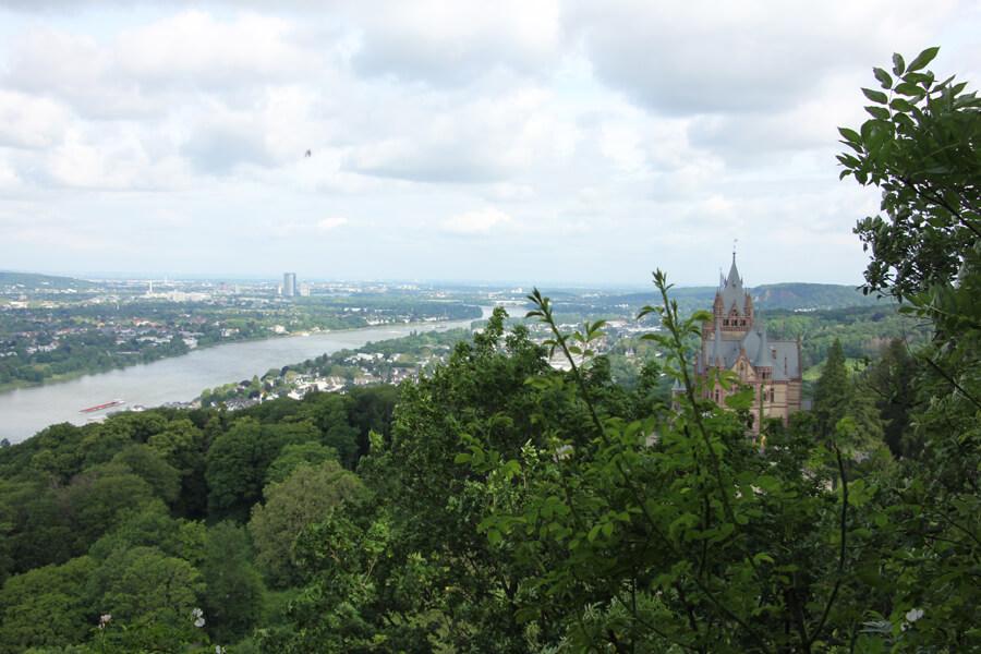 Aussicht auf den Rhein und Schloss Drachenburg.