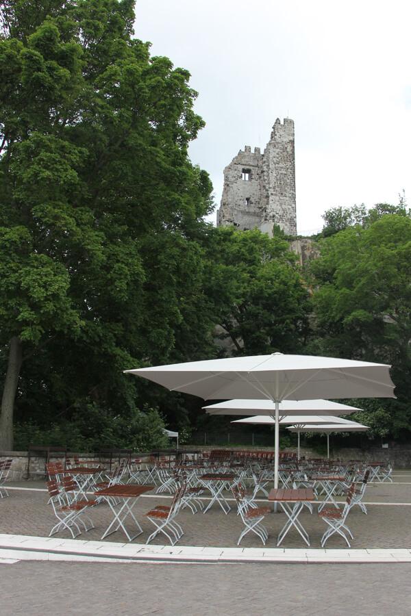 Restaurant am Drachenfels mit Blick auf die Ruine
