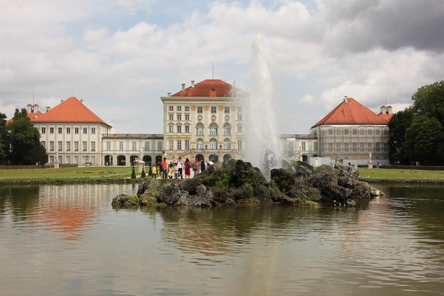 Wasserfontäne im Park vor Schloss Nymphenburg