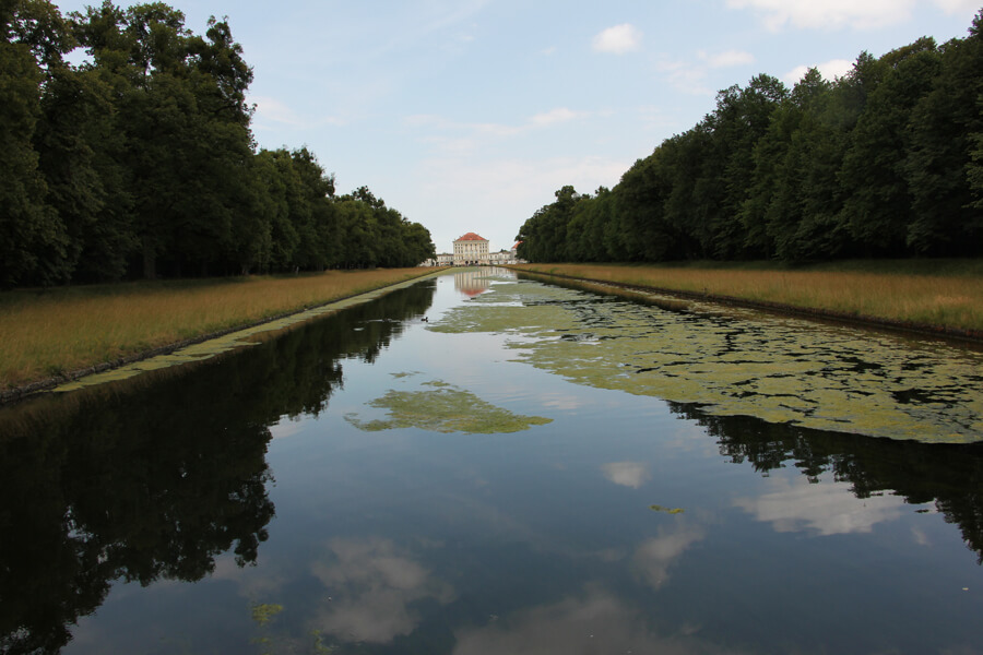Park von Schloss Nymphenburg, Himmel spiegelt in Wasser.