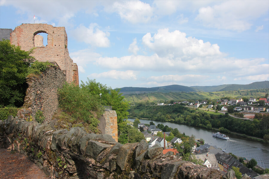 Saarburg Sehenswürdigkeiten: Burgruine und ein Schiff auf der Saar