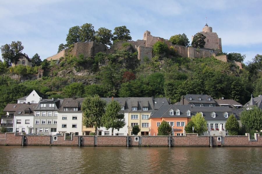 Die Saarburg vom anderen Flussufer gesehen