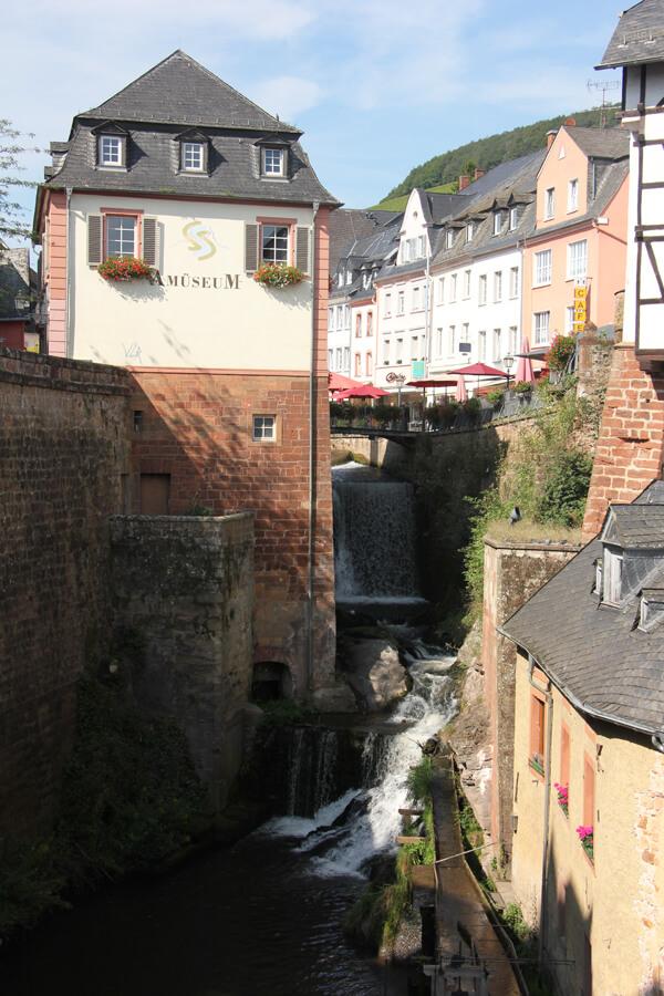 Wasserfall und alte Mühle